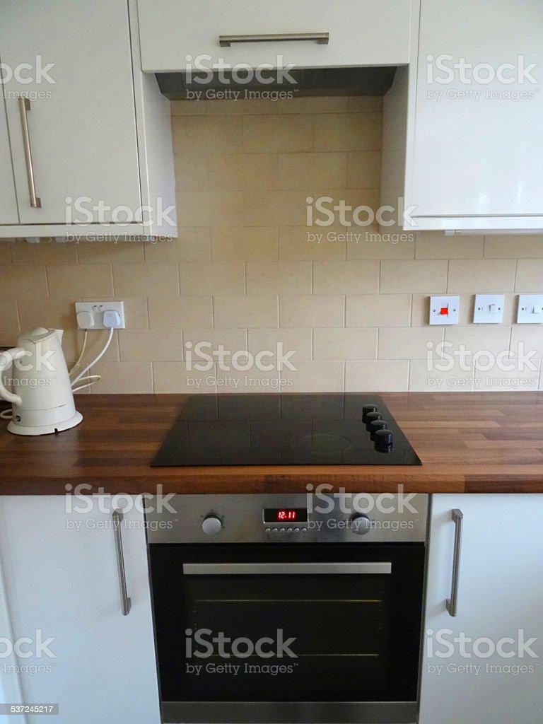 Moderne Glänzenden Weißen Küche Mit Schränkenwand Aus Holz ...