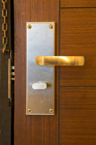 moderne gold türgriff mit sicherheitsschloss-system - schlüssel dekorationen stock-fotos und bilder
