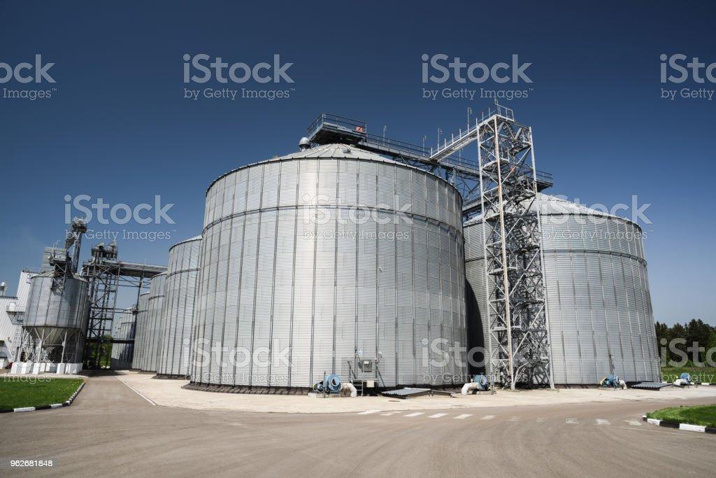 Celeiro moderno. Tecnologia de armazenamento de agro-indústria em animal alimenta a fábrica. Grandes recipientes de metal para armazenagem de grãos - foto de acervo