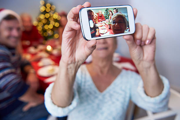 moderne großmutter ein foto der familie - nostalgie telefon stock-fotos und bilder