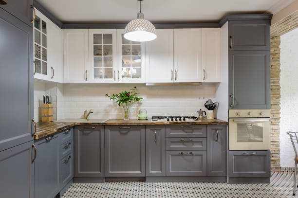 nowoczesne szare i białe drewniane wnętrze kuchni - kuchnia zdjęcia i obrazy z banku zdjęć