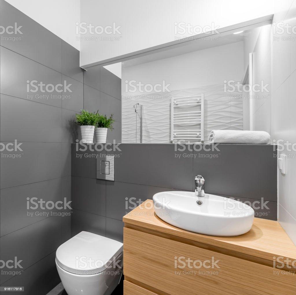Fotografía de Cuarto De Baño Gris Moderno Con Ducha y más banco de ...