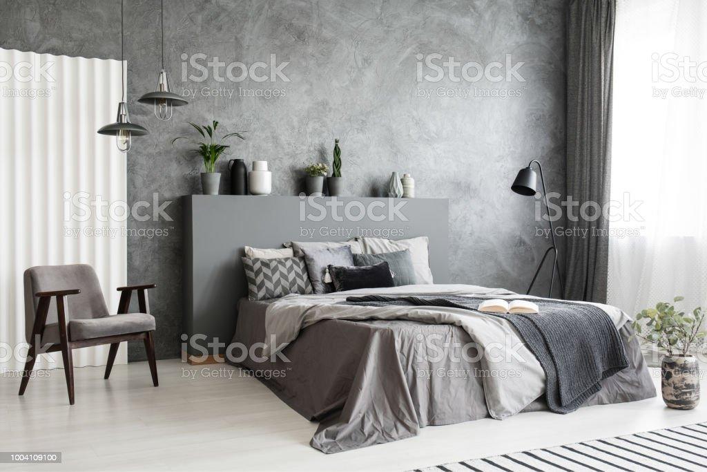 Moderne Grau Schlafzimmer Innenraum Mit Großem Bett Mit Kissen Und  Bettwäsche Bequemer Sessel Neben Dem Bett Echtes Foto Stockfoto und mehr  Bilder von ...
