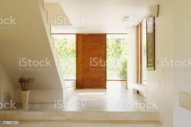 Moderne Eingangsbereich Mit Holzfußboden Tür Stockfoto und mehr Bilder von Abschied