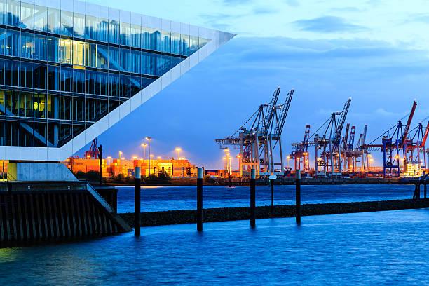 Moderne harbour-Bürogebäude – Foto