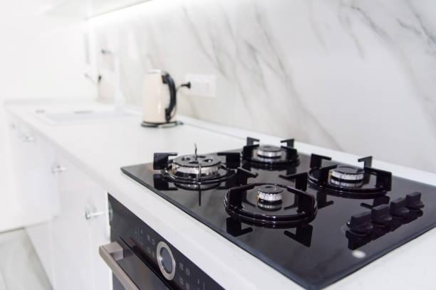 moderne haute technologie noir gazinière avec panneau capteur à l'intérieur lumineux de la cuisine - cuisinière photos et images de collection