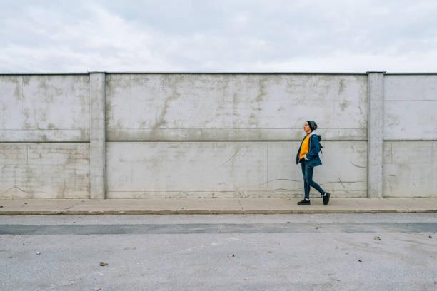 Moderne Hipster Frau genießen ruhige Tage ohne Verkehr nicht die Straßen – Foto