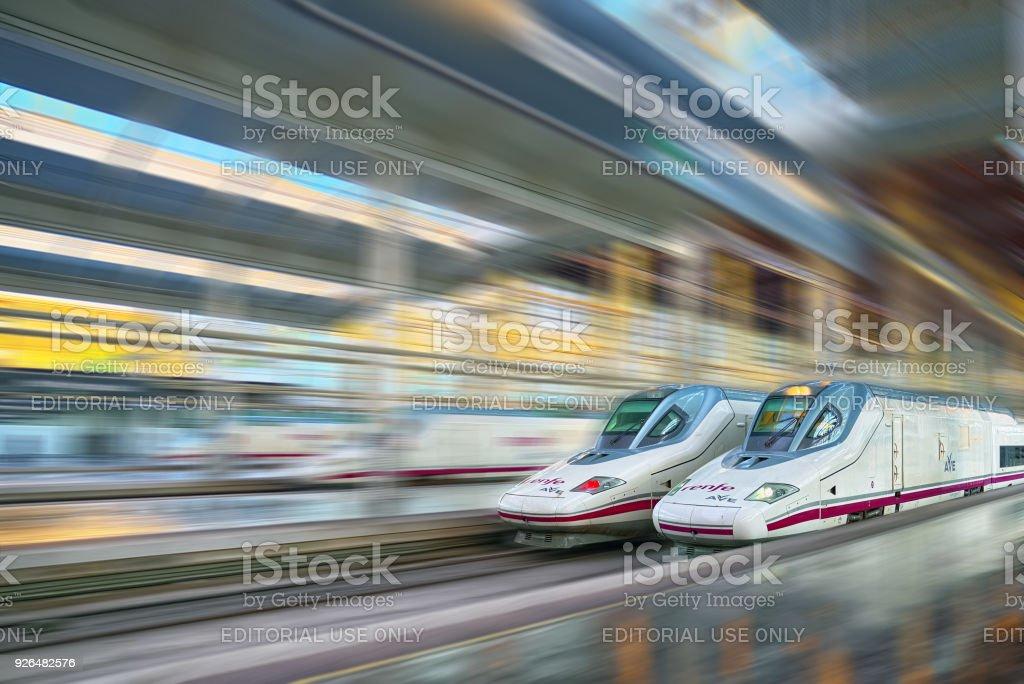 Tren de pasajeros moderno de alta velocidad de la compañía de ferrocarriles españoles - Renfe, en movimiento (movimiento). - foto de stock