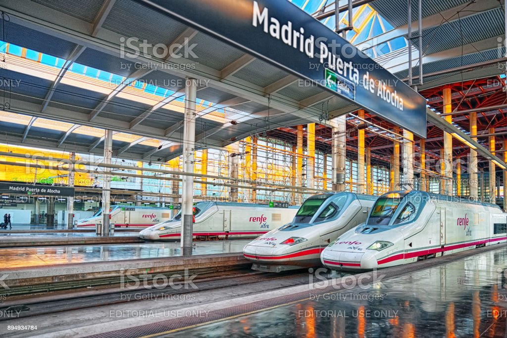 La estación de tren de pasajeros de alta velocidad moderna de la empresa Ferrocarriles Españoles-Renfe, los ferrocarriles de Madrid Puerta de Atocha. - foto de stock