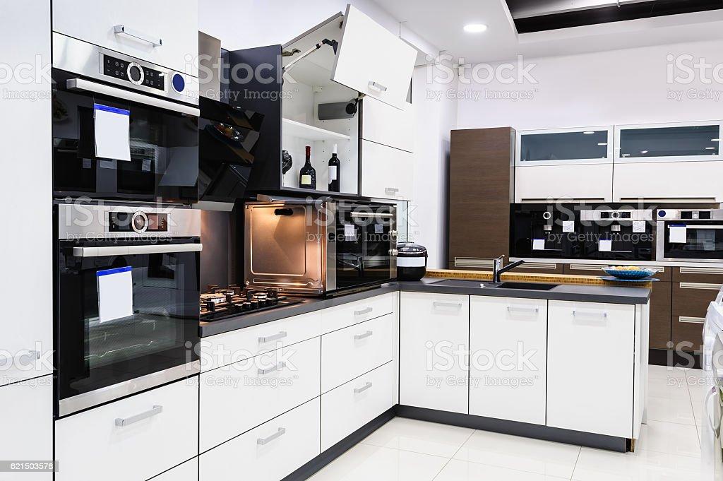 hi-tek cuisine moderne, le design intérieur épuré photo libre de droits