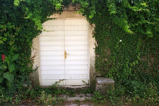 moderne hobbit's house - hobbit häuser stock-fotos und bilder