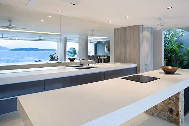 moderne home küche - laminatschränke stock-fotos und bilder