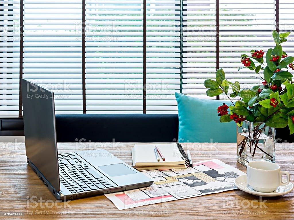 Maison moderne espace de travail avec bureau pour ordinateur