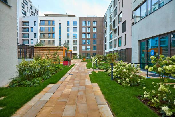 Moderne Häuser während der Bundesgartenschau 2019 BUGA Heilbronn. Betonstege und grünes Gras zwischen modernen Häusern. Das Bild eines umweltfreundlichen Stadtraums. – Foto