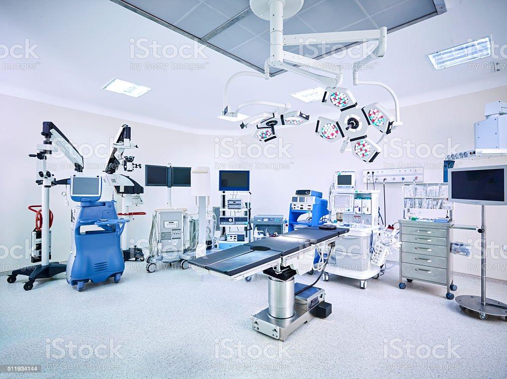 Moderna Hospital operando con monitores de sala y los equipos - foto de stock