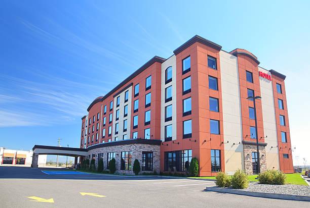 nowoczesny budynek hotelu w lecie - motel zdjęcia i obrazy z banku zdjęć