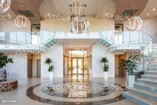 Modern hotel lobby picture id901174454?b=1&k=6&m=901174454&s=612x612&h=wbky37q0yemckns4x4cwoqzbcp x5iuzxzgojucr624=