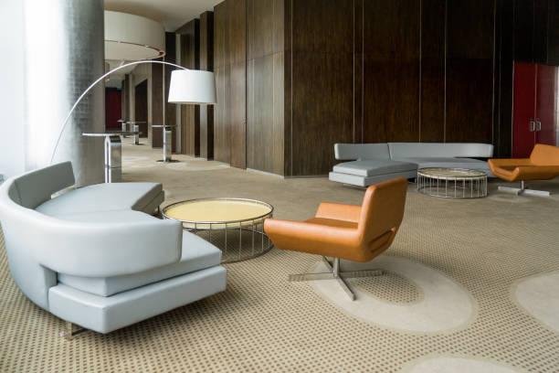 moderne hotel-lobby mit flur oder im büro wohnzimmer - eingangsbereich teppich stock-fotos und bilder