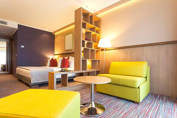 moderne hotel-innenansicht - lila, grün, schlafzimmer stock-fotos und bilder