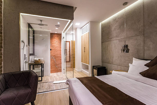 modernes hotelzimmer - badewannenkissen stock-fotos und bilder