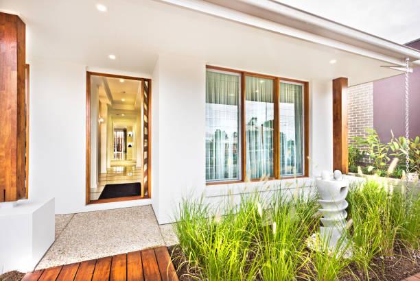 Moderner Hauseingang mit Holztür und Betonboden – Foto