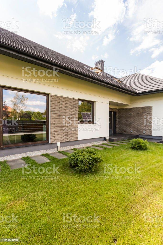 Photo de stock de Extérieur De La Maison Moderne Avec Baie Vitrée ...