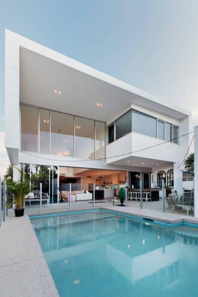 modernes haus außen mit schwimmbad - fensterfront stock-fotos und bilder