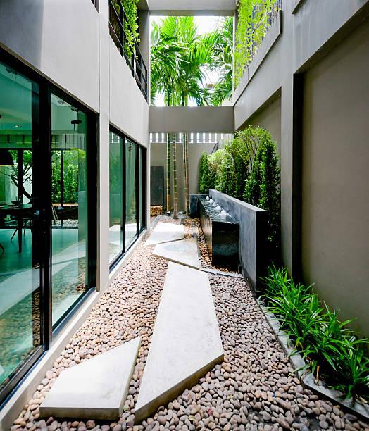 modernes haus fassade mit offenem wohnbereich - moderner dekor für ferienhaus stock-fotos und bilder