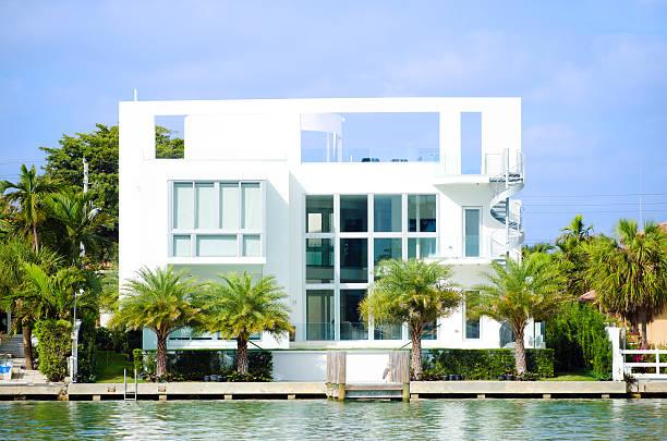 modernes haus in miami beach, fl am wasser - haus in florida stock-fotos und bilder