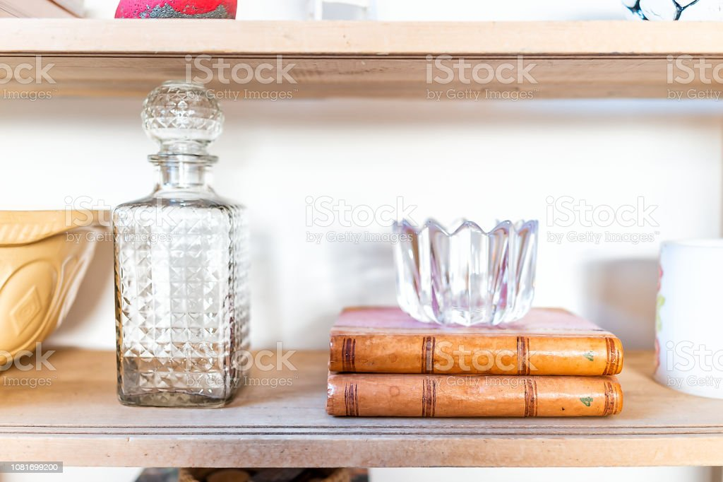 Photo libre de droit de Décor De Décorations Maison Moderne Salon Cuisine  Avec Bouteille En Verre Vide Livres Bol De Cristal Tasses Et La Lumière Du  ...