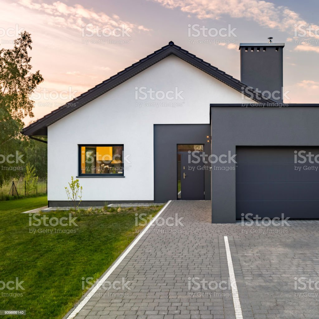 modernes haus mit garage stock fotografie und mehr bilder von abendd mmerung istock. Black Bedroom Furniture Sets. Home Design Ideas