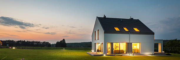 modern house with garden at night - wohnen stock-fotos und bilder