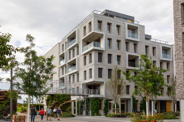 Modernes Haus mit Metallkonstruktionen für vertikale Gartenarbeit. Abbildung des grünen Wohnens der Zukunft. Während der BUGA Heilbronn Bundesgartenschau 2019 geht es durch das neue Quartier – Foto