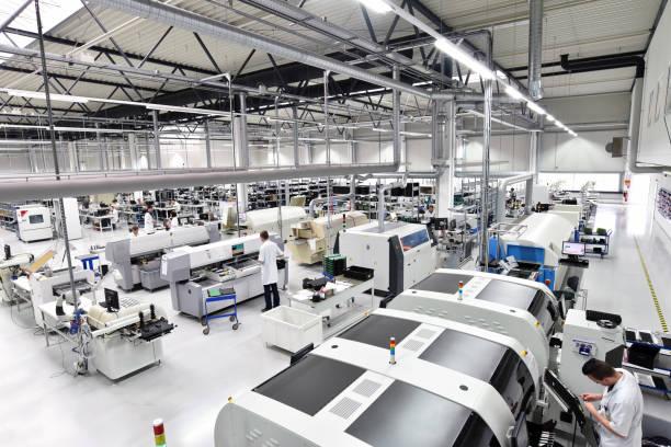nowoczesna fabryka przemysłowa do produkcji komponentów elektronicznych - maszyn, wnętrz i wyposażenia hali produkcyjnej - przemysł elektroniczny zdjęcia i obrazy z banku zdjęć