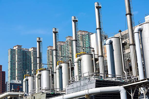 moderne industrie - destillationsturm stock-fotos und bilder