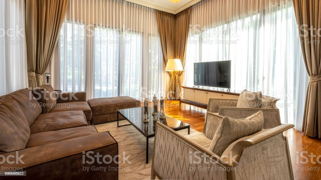 Modern interieur woonkamer met bruin vintage fauteuil televisie