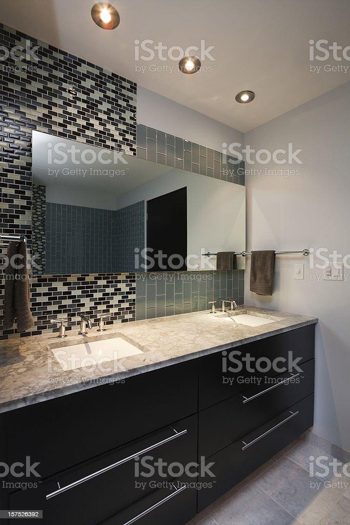 Modernes Design, Badezimmer Mit Kosmetikspiegel, Spüle, Schränke, Fliesen  Lizenzfreies Stock Foto