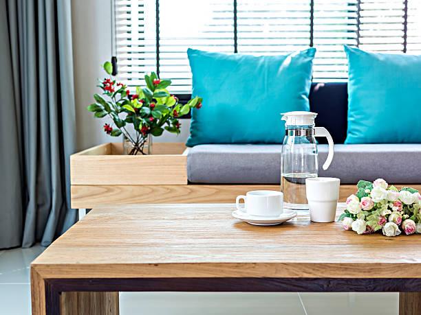 modern interior de uma sala de estar com sofá de fundo ainda vida - coffee table imagens e fotografias de stock