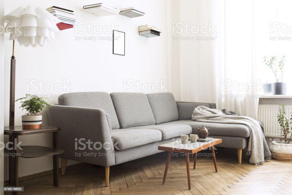 Moderne interieur van woonkamer met kleine ontwerp tabel