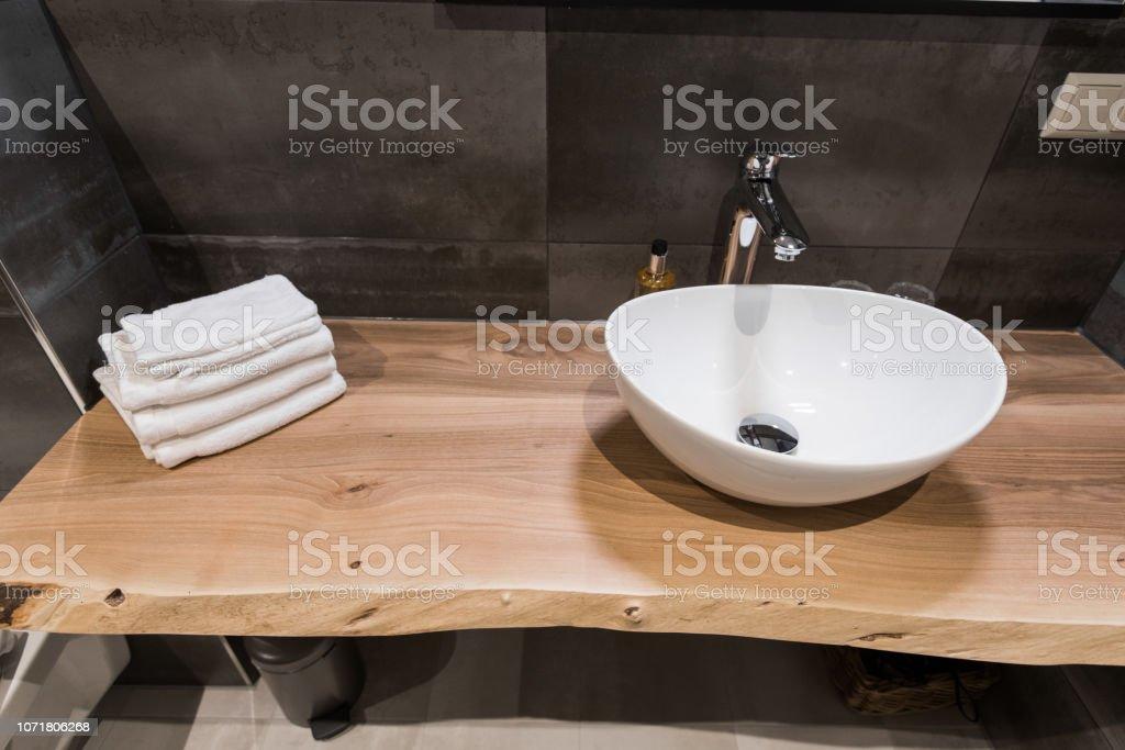 Mesa Para Lavabos Modernos.Interior Moderno Del Cuarto De Bano El Lavabo Se Hace De