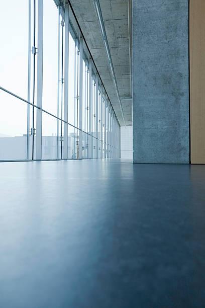 moderne inneneinrichtung - betondecke stock-fotos und bilder