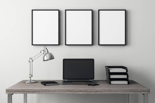 Modernes Interieur mit Laptop und Rahmen – Foto