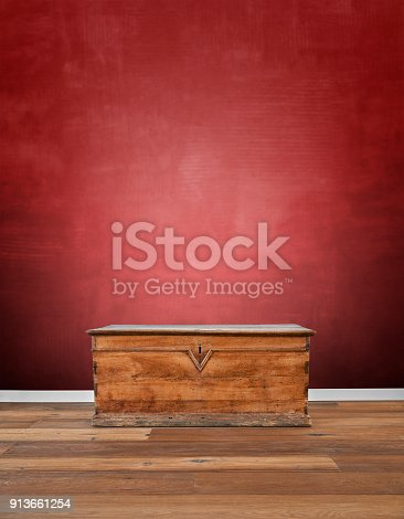 istock Modern interior with old wooden chest 913661254