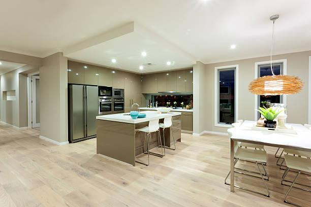 moderne küche und essbereich, blick auf den innenhof - outdoor esszimmer stock-fotos und bilder