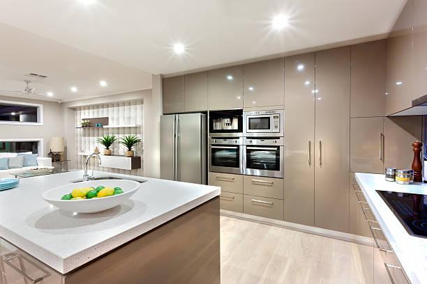 Espace cuisine moderne baignée de lumières de nuit - Photo