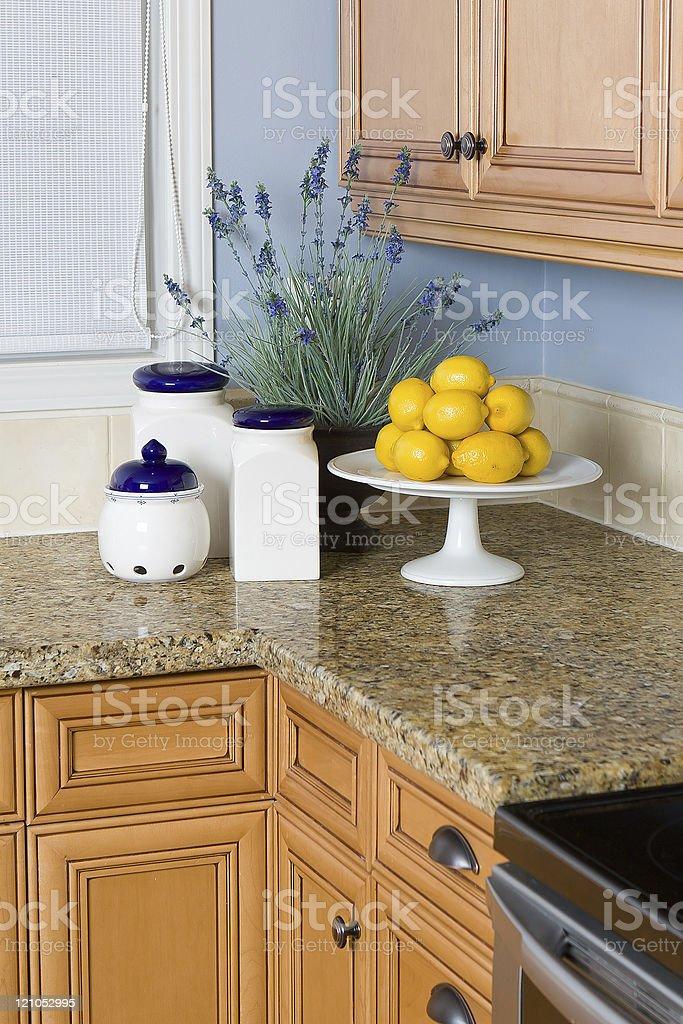 Moderne Kuche Theke Mit Zitronen Lavendel Und Weisse Kruge Stock