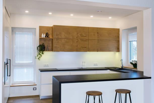 moderne küchendesign in hellen innenraum mit holz-akzente. - laminatschränke stock-fotos und bilder