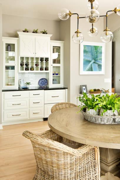 moderne küchendesign mit offenen konzept und bar theke - esszimmer buffet stock-fotos und bilder