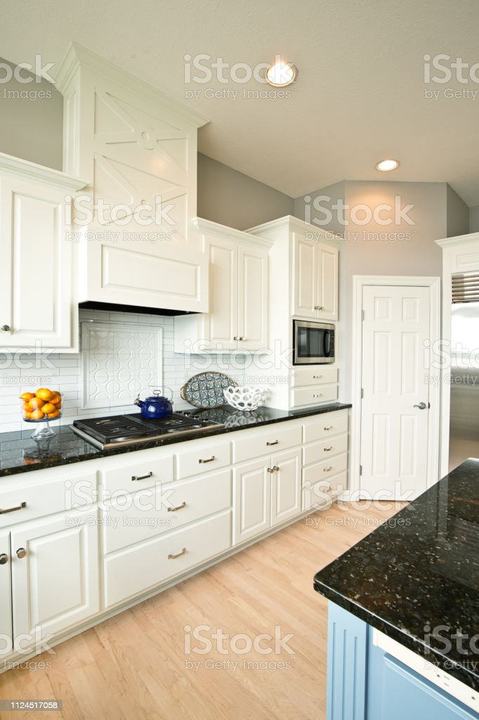 Modern Style Kitchen Design: Modern Kitchen Design With Open Concept And Bar Counter