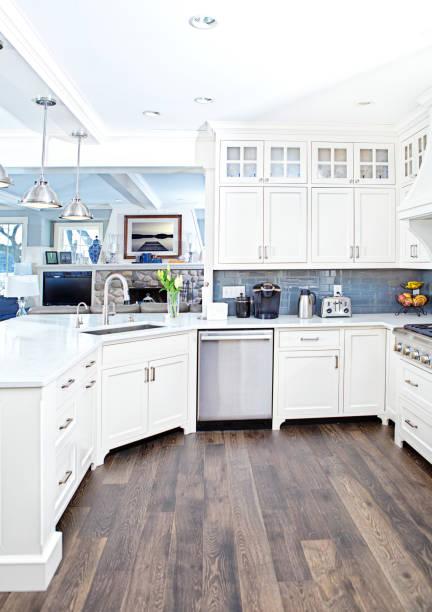 moderne küchendesign mit offenen konzept und bar theke - wohnschrank stock-fotos und bilder